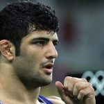 اهداء یک سکه بهار آزادی از طرف جبهه فرهنگی انقلاب اسلامی میبد به علیرضا کریمی