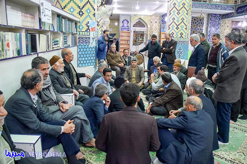 میز خدمت جمعی از مسئولین به شیوه جدید برای اولین بار در سطح استان در میبد برگزار شد + تصاویر