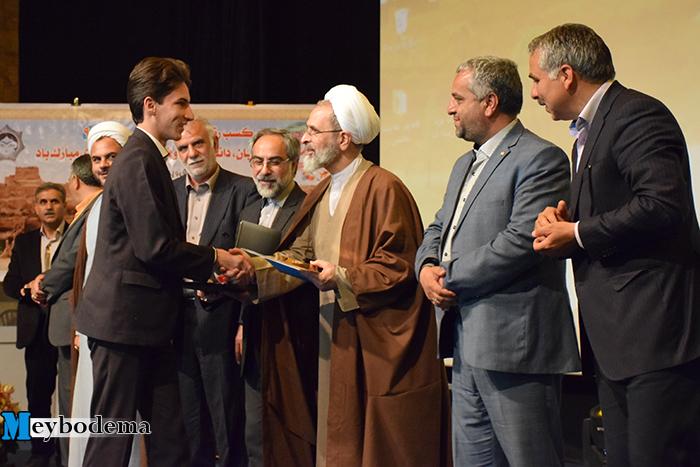 مراسم تجلیل از برترین های کنکور ۹۶ در میبد برگزار شد/ گزارش تصویری