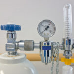 کمک خادمیاران رضوی میبد جهت تامین کپسول اکسیژن بیماران کرونایی